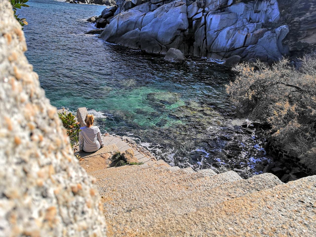 Sardinie v únoru -> rozuměj opuštěná na ostrově
