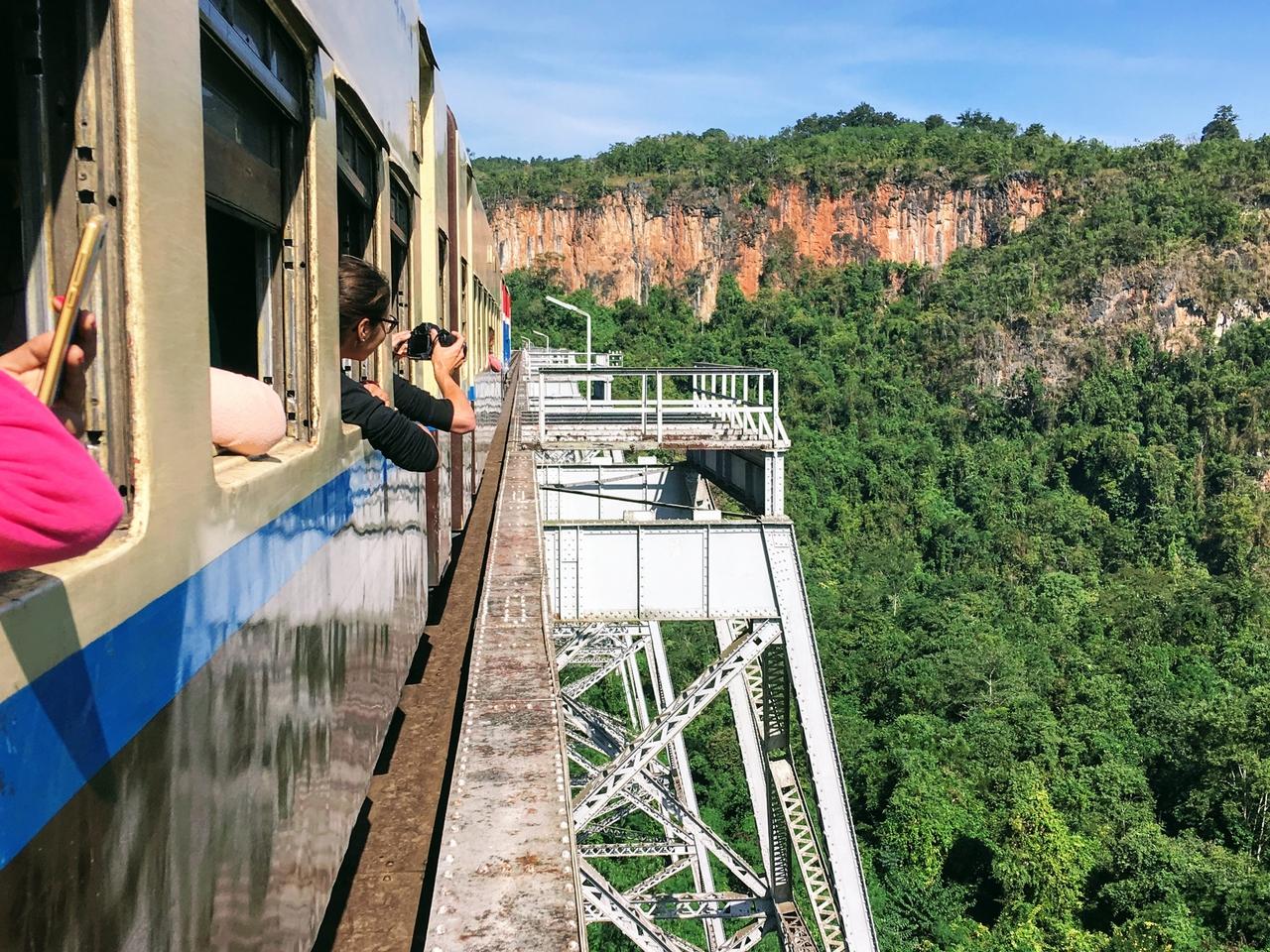 Hsipaw – cesta vlakem na trek uzemím ovládaného rebely