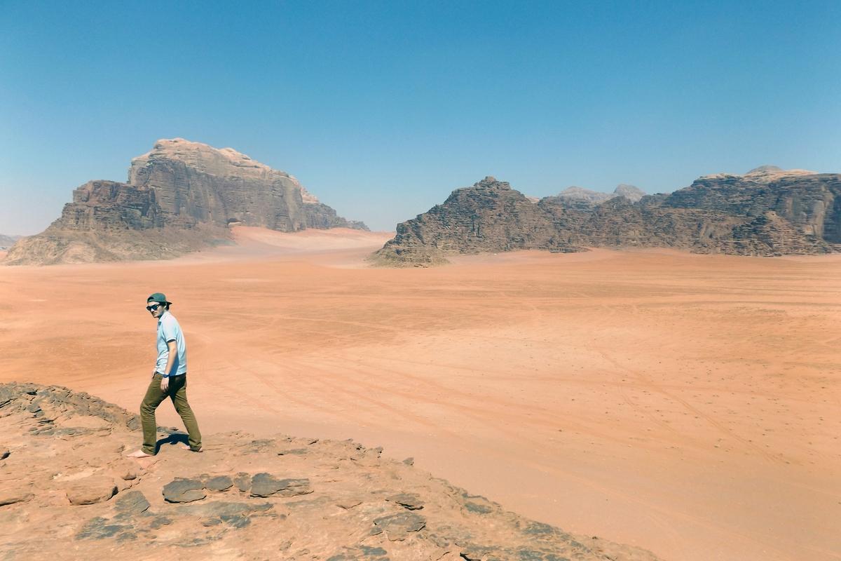 Krajina pouště Wadi Rum nemá daleko k Marsu, občas se člověk ptal sám sebe, kde ve skutečnosti byl.